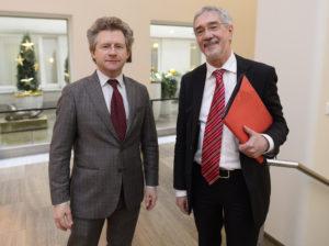 NRW Staatssekretär im Wirtschaftsministerium Dr.Günther Horzetzky (r) und Dr. Michael Scheffer (l), Vorsitzender des INTERREG-Begleitausschusses, eröffnen in Düsseldorf am Freitag, 2. Dezember 2016, die Interreg-Sitzung im Rathaus. Mit dem Förderprogramm Interreg Deutschland-Niederlande unterstützt die Europäische Union seit über 25 Jahren Kooperationsprojekte zwischen den Niederlanden, NRW und Niedersachsen.